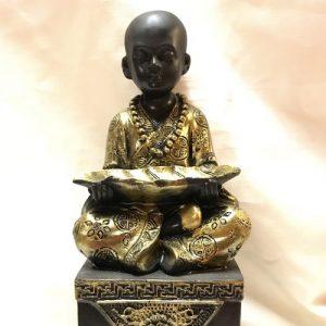 Boeddha monnik met blad zittend blz