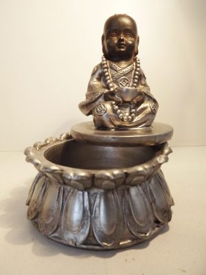Bakje met little monnik hoogte 10 cm. Zwart-zilver.