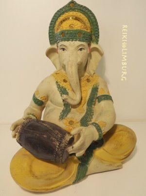 Ganesha met houten drum op schoot. Hoogte 29 cm.