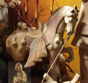 2. Terracotta paard klein schild 44 hoog 38 lengte